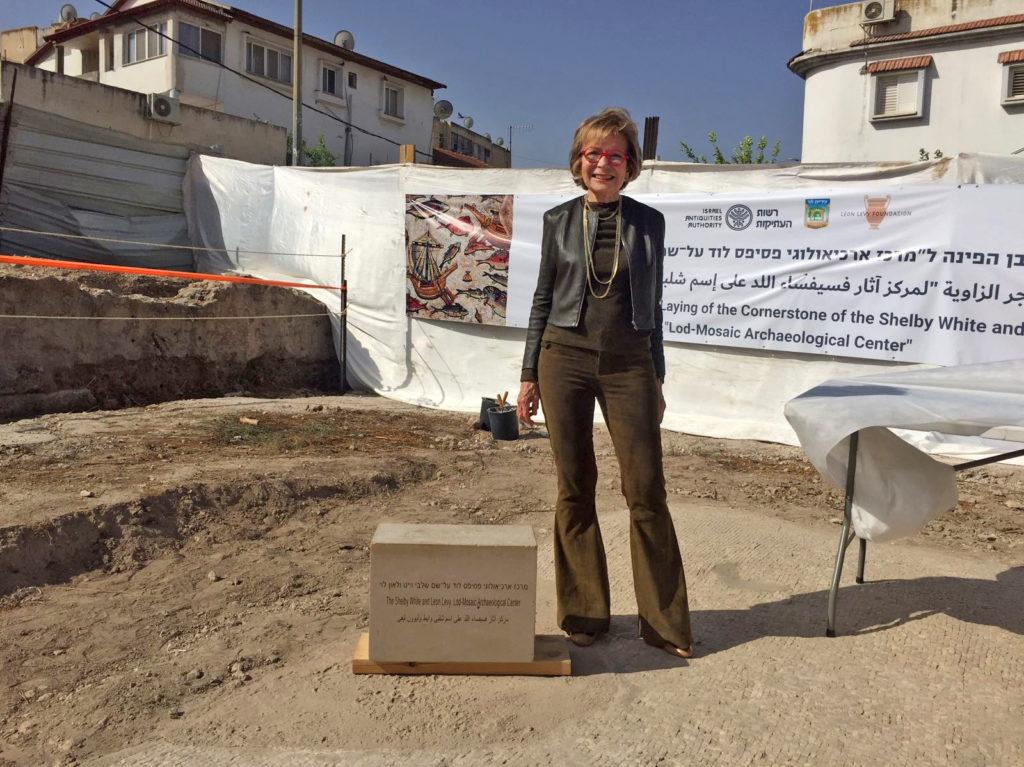 """שלבי וייט, תורמת ה""""מרכז ארכיאולוגי פסיפס לוד ע""""ש שלבי וייט ולאון לוי"""", מניחה את אבן הפינה. צילום: יניב ברמן"""