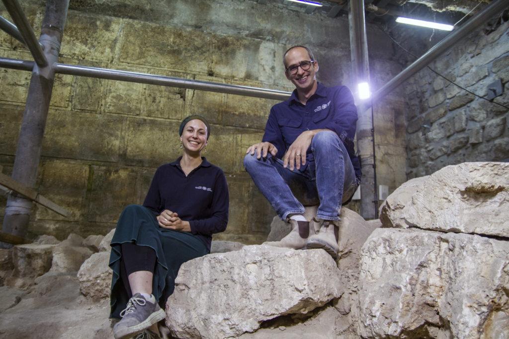 """ד""""ר ג'ו עוזיאל ותהילה ליברמן, מנהלי החפירה מטעם רשות העתיקות, בשטח החפירה. צילום: יניב ברמן"""