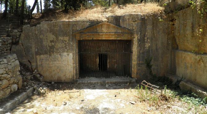 חזית מערכת הקבורה המפוארת לפני עבודות השימור. צילום: אדר' מאיה עובדיה