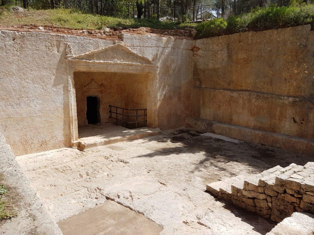 חזית מערכת הקבורה המפוארת אחרי עבודות השימור. צילום: אדר' מאיה עובדיה
