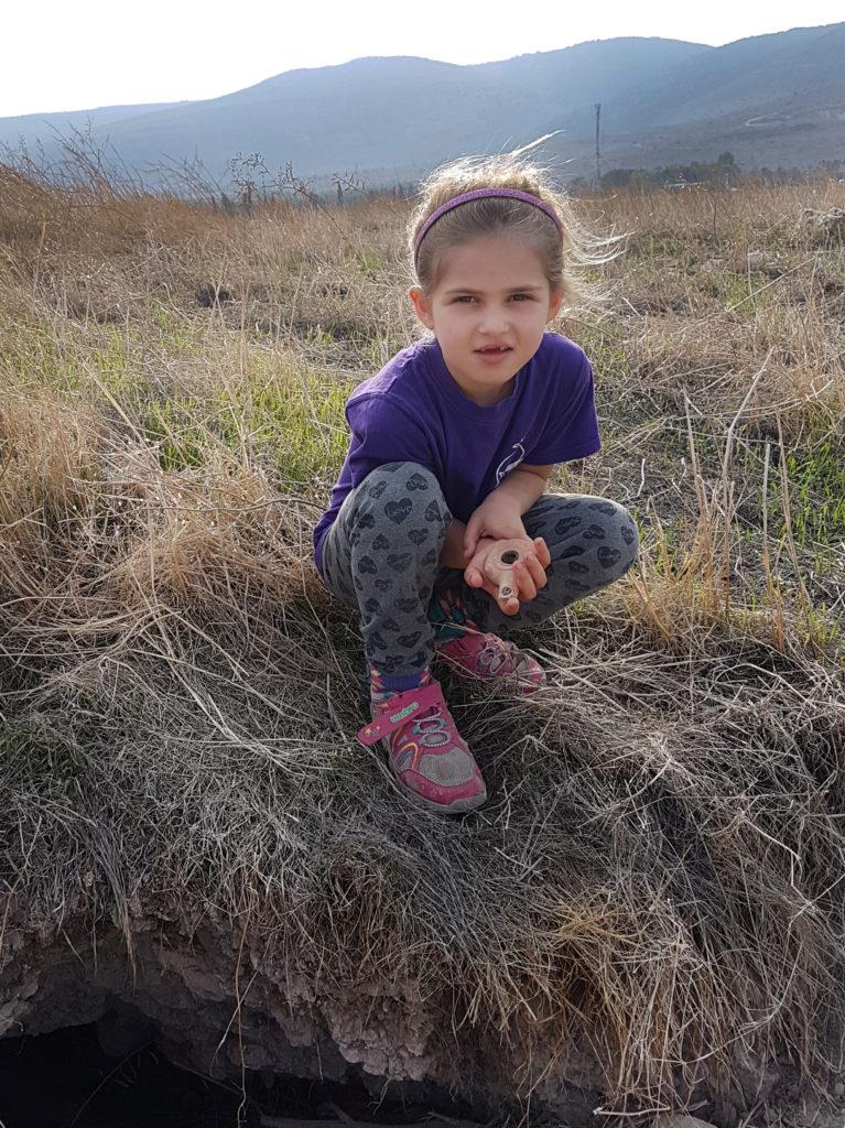 הדס גולדברג-קידר מקבוץ חפציבה עם נר החרס השלם שמצאה ליד מאורת הדורבנים בעמק בית שאן. צילומים: ניר דיסטלפלד