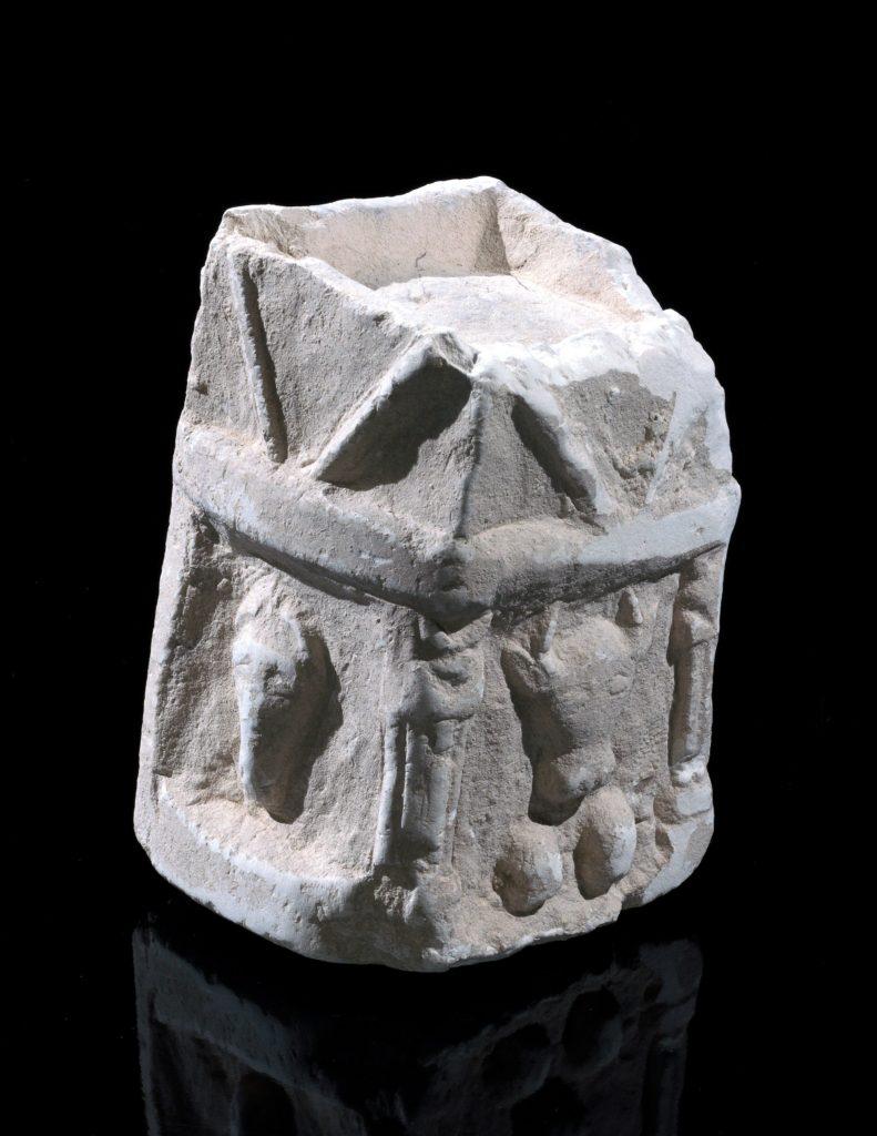 המקטר הנדיר שנחשף בחפירות: בצד אחד נראה השור, בעוד בצד השני נראית דמות של בעל חיים אחר, יתכן סוס. צילום: קלרה עמית