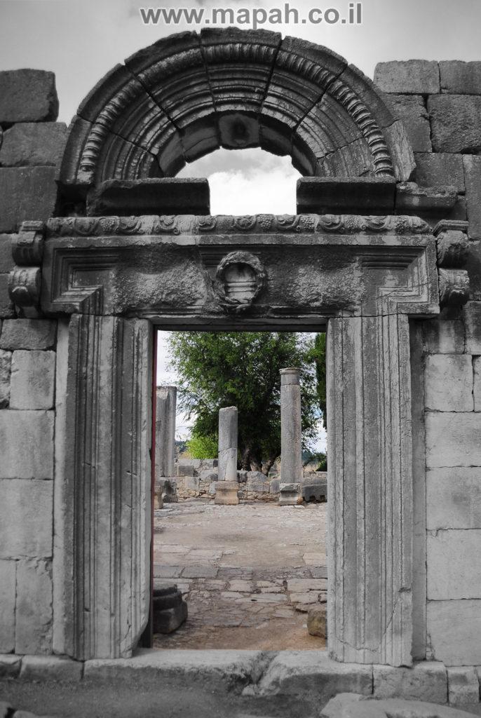 חזית בית הכנסת והפתח הראשי המעוטר - צילום: אפי אליאן