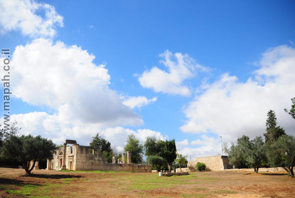 חזית בית הכנסת ודופן ימנית בגן הלאומי ברעם - צילום: אפי אליאן