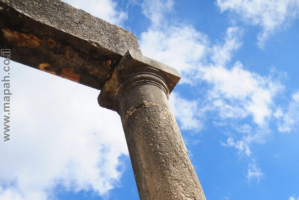 קצה הסטיו בחזית הכנסת העתיק ברעם - צילום: אפי אליאן