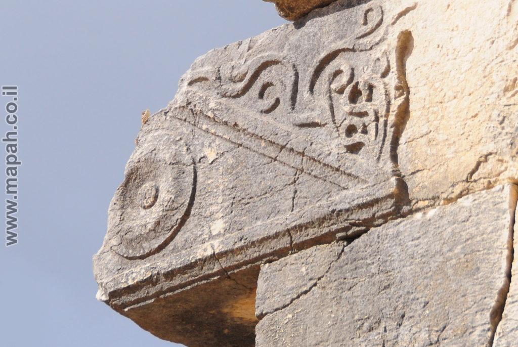 עיטורי גפנים על קורת הסטיו בחזית בית הכנסת העתיק ברעם - צילום: אפי אליאן