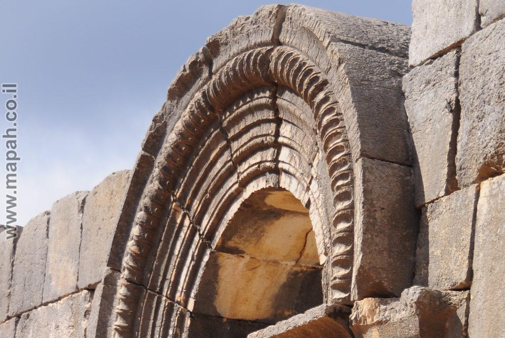 הקשת המשחררת מעל פתח ראשי בבית הכנסת העתיק ברעם - צילום: אפי אליאן