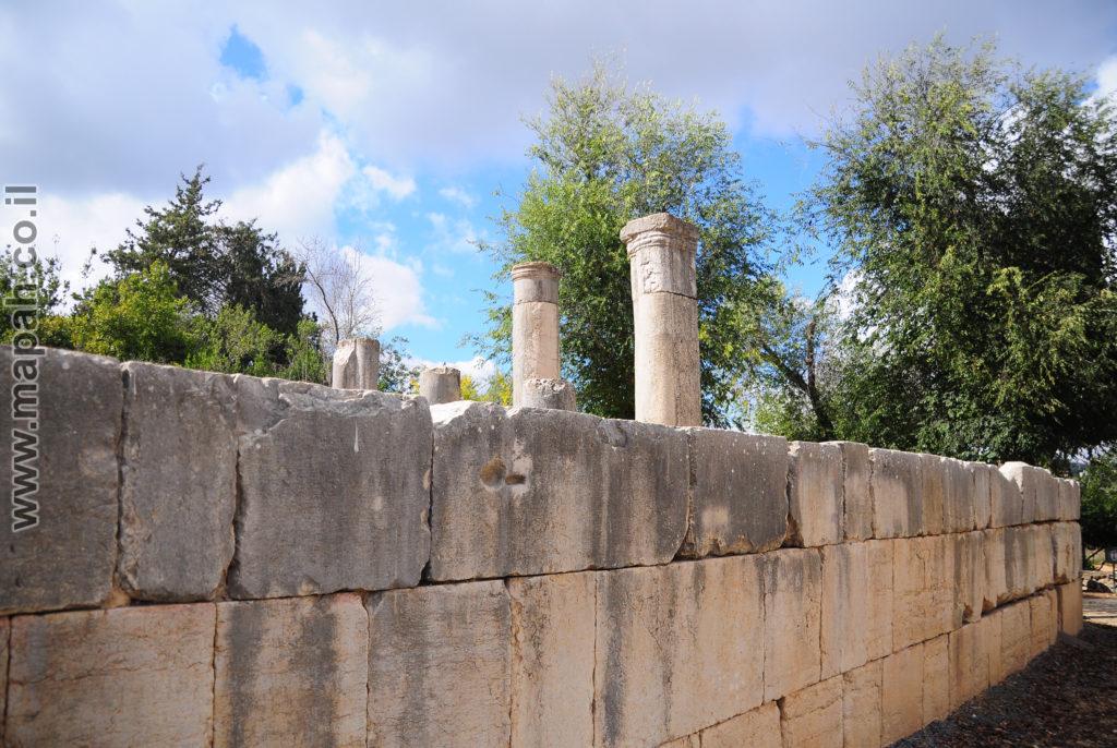 דופן שמאל של בית הכנסת הגדול ברעם - צילום: אפי אליאן