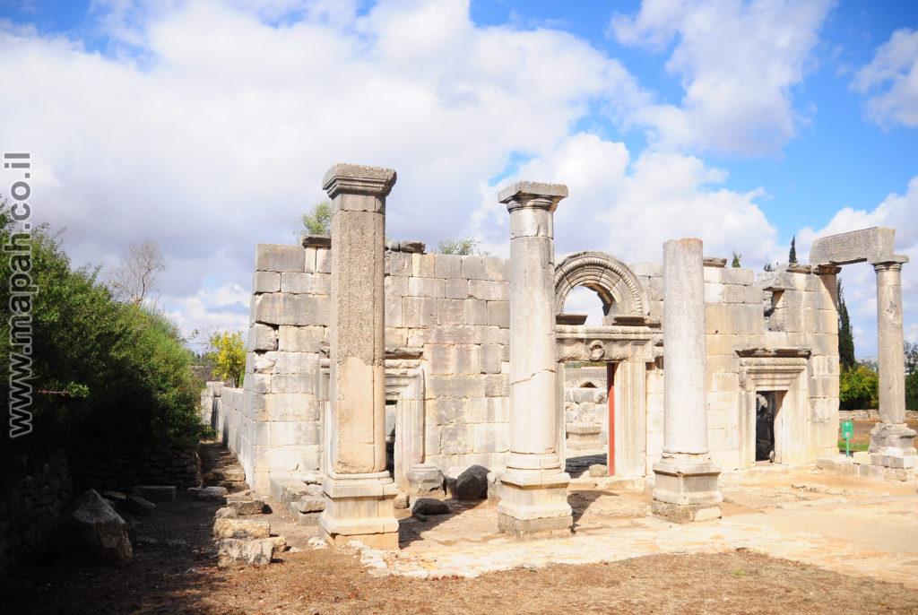 חזית שמאלית של בית הכנסת העתיק ברעם - צילום: אפי אליאן