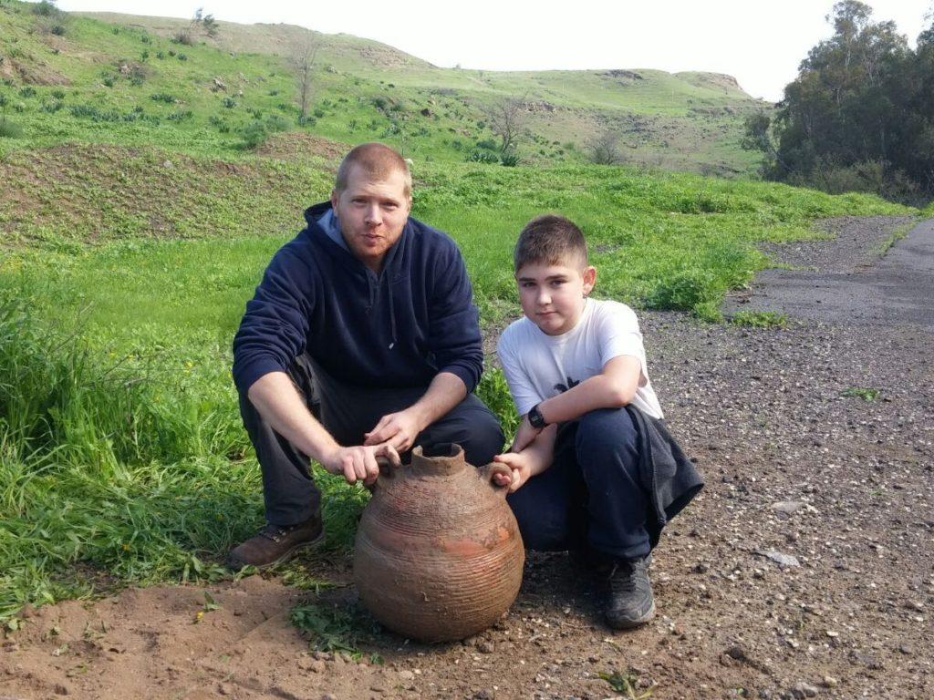 יותם אריאלי ודודו, עידן אבידור, עם הקנקן בשטח בו נחשף