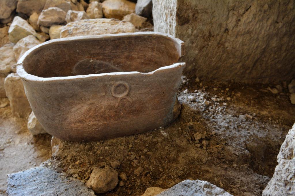 אחת מהגלוסקמאות חרס שנמצאו במערכת הקבורה בטבריה
