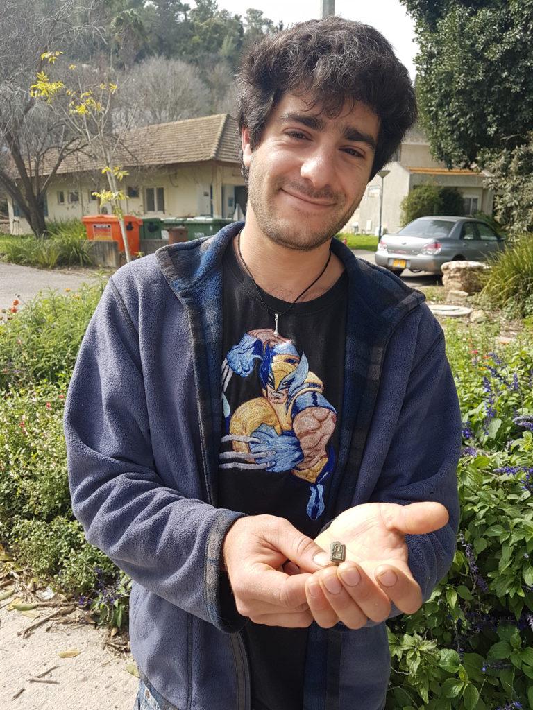 הגנן דקל בן שטרית עם הטבעת שמצא במושב היוגב. צילום: ניר דיסטלפלד