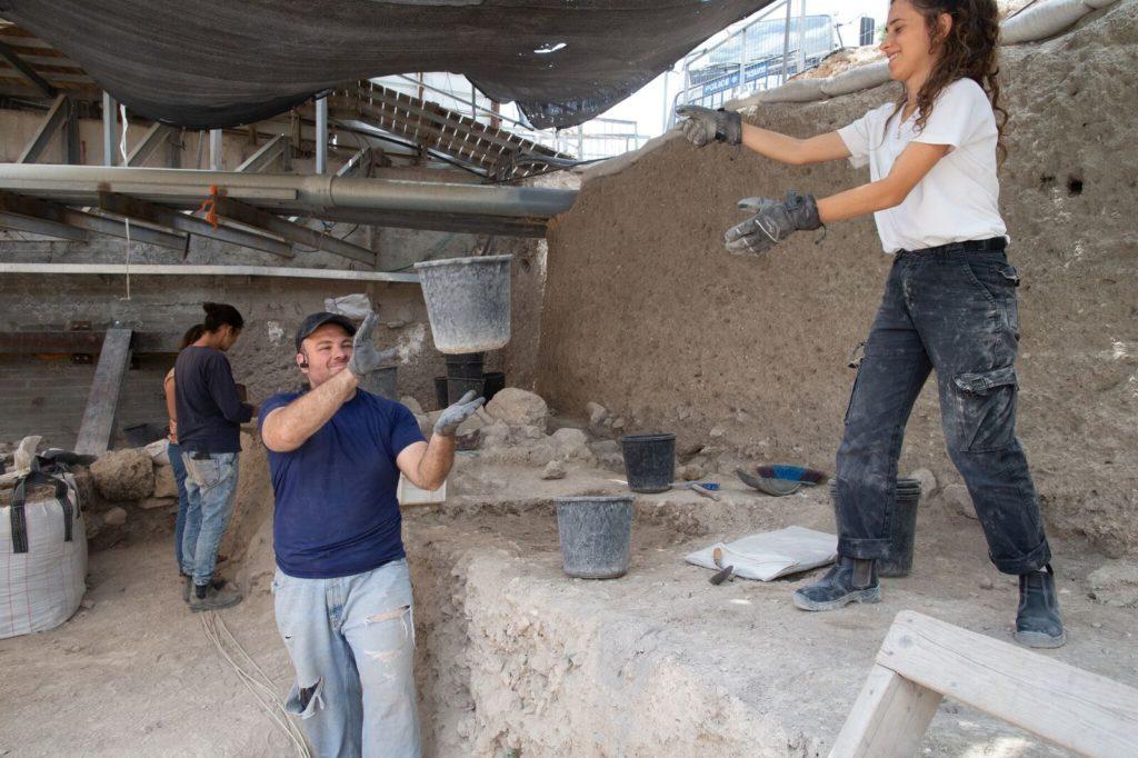 חופרים בחניון גבעתי - צילום: אליהו  ינאי